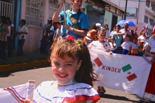 Delegación del Colegio de México en el desfile del Día de la Independencia en San José, Costa Rica. // Foto por: armando segovia / segoviaspixes 2009. // La imagen forma parte de la obra sin fines de lucro de asegovia3.wordpress.com (2015). Copyleft.