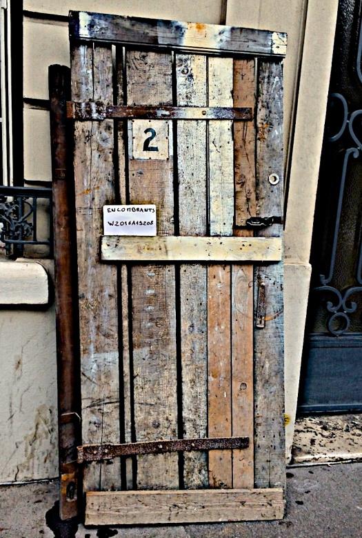 En París existe un servicio administrado por la alcaldía. Los empleados de ese departamento se ocupan recolectando las cosas que van siendo renovadas por los habitantes de la ciudad. A veces los objetos son muebles inservibles, otras tantas suele ser el equipo —o el material— de alguna actividad que pasó de moda (chingaderas para hacer ejercicio, por ejemplo). Muchas veces son cosas que guardan, como el objeto en la foto, la esencia de otros tiempos. | La foto forma parte de este blog—copyleft, pero no lucres con mi labor.
