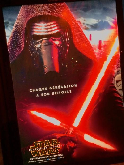 Uso justo del prestigio de Walt Disney para apoyar una DIGRESIÓN. | Publicidad de la franquicía de La Guerra de las Galaxias (the force awakens) a la altura del Portón de Montreuil-93. || Aquí una fuente para consumir la idea: